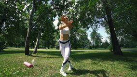 A mulher que faz a aptidão exercita exterior Corredor fêmea que estica antes de maratona running na menina magro da floresta verd vídeos de arquivo