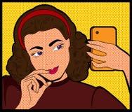 mulher que faz a banda desenhada do pop art do selfie Fotos de Stock