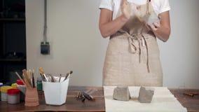 Mulher que faz a cerâmica em sua oficina video estoque