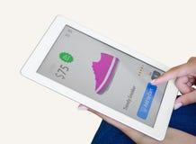 Mulher que faz a compra do Internet no tablet pc Fotografia de Stock