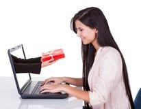 Mulher que faz a compra ou a operação bancária em linha fotografia de stock royalty free