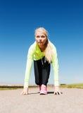 Mulher que faz a corrida fora Fotografia de Stock Royalty Free