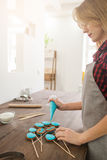 Mulher que faz doces para o feriado de easter cookery fotografia de stock royalty free