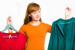 Mulher que faz a escolha que vestir Imagens de Stock