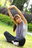 Mulher que faz esticando o exercício Fotos de Stock Royalty Free