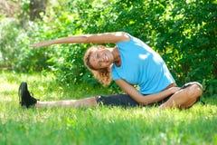 Mulher que faz esticando o exercício Imagens de Stock Royalty Free