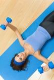 Mulher que faz exercícios da aptidão Foto de Stock