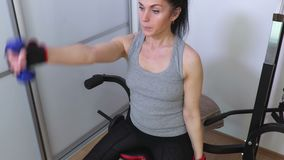 Mulher que faz exercícios da aptidão com pesos pequenos para ombros video estoque