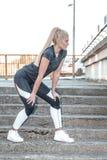 Mulher que faz exercícios nas escadas Fotos de Stock