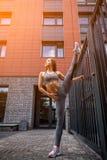 Mulher que faz exercícios no parque imagens de stock royalty free