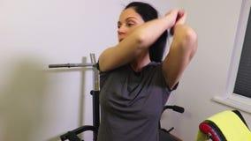Mulher que faz exercícios para Abs laterais video estoque
