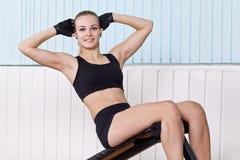 Mulher que faz exercícios para a imprensa foto de stock