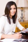 Mulher que faz finanças Fotografia de Stock Royalty Free