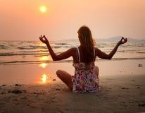 Mulher que faz a ioga fotos de stock