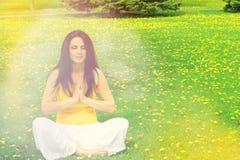 Mulher que faz a ioga Imagens de Stock