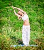 Mulher que faz a ioga ao ar livre Fotografia de Stock