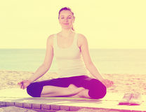 Mulher que faz a ioga de pernas cruzadas Imagens de Stock Royalty Free