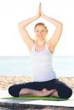 Mulher que faz a ioga de pernas cruzadas Foto de Stock Royalty Free