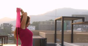 Mulher que faz a ioga na cidade video estoque