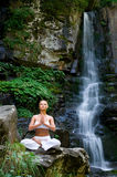 Mulher que faz a ioga na natureza Imagem de Stock Royalty Free