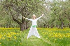 Mulher que faz a ioga no jardim Foto de Stock Royalty Free