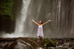 Mulher que faz a ioga perto da cachoeira Foto de Stock Royalty Free