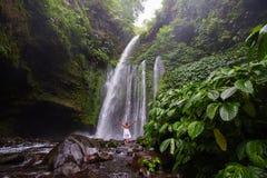 Mulher que faz a ioga perto da cachoeira Fotos de Stock Royalty Free