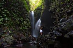 Mulher que faz a ioga perto da cachoeira Fotografia de Stock Royalty Free