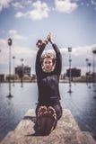 Mulher que faz a ioga perto do lago no ajuste urbano, Paris Imagem de Stock