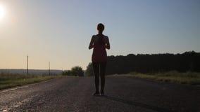 Mulher que faz a ioga que exercita a aptidão saudável do estilo de vida exterior video estoque