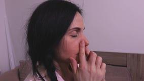 Mulher que faz a ioga que respira através do nariz video estoque
