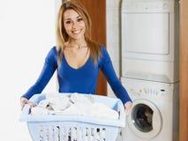 Mulher que faz a lavanderia Fotos de Stock Royalty Free