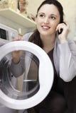 Mulher que faz a lavanderia Imagens de Stock