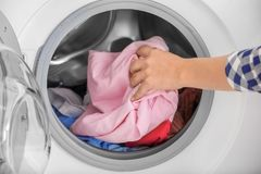 Mulher que faz a lavanderia, close up Foto de Stock Royalty Free