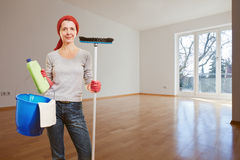 Mulher que faz a limpeza da primavera Foto de Stock Royalty Free