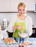 A mulher que faz a massa de pão com whisk fotos de stock royalty free