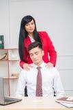 Mulher que faz a massagem a seu colega no escritório, Imagens de Stock