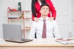 Mulher que faz a massagem a seu colega no escritório, Fotos de Stock