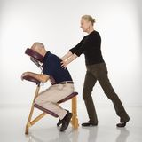 Mulher que faz massagens o homem. Fotos de Stock