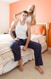 Mulher que faz massagens ombros do homem no quarto imagens de stock royalty free