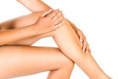 Mulher que faz massagens seus pés imagem de stock royalty free