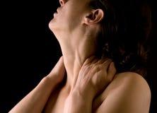 Mulher que faz massagens sua garganta Imagem de Stock Royalty Free