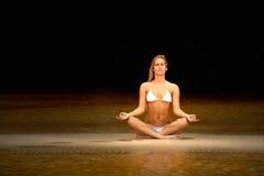 Mulher que faz a meditação Fotografia de Stock