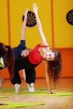 Mulher que faz o aerobics no grupo Imagem de Stock