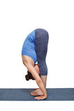 Mulher que faz o asana Uttanasana da ioga - curvatura dianteira estando Fotos de Stock Royalty Free