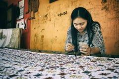 Mulher que faz o Batik Handprinted tradicional Foto de Stock Royalty Free