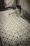 Mulher que faz o Batik Handprinted tradicional Fotos de Stock