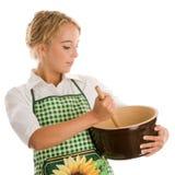 Mulher que faz o bolo Fotografia de Stock