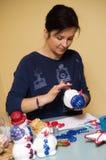 Mulher que faz o boneco de neve do brinquedo Imagem de Stock Royalty Free