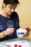 Mulher que faz o boneco de neve do brinquedo Imagem de Stock